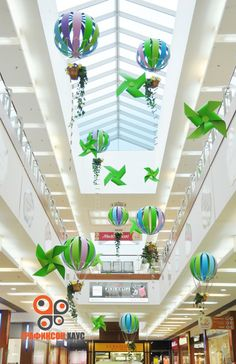 7 Fast And Easy Summer Decorating Ideas For Any Budget! Mall Design, Store Design, School Decorations, Christmas Decorations, Fashion Window Display, Carnival Crafts, Christmas Chandelier, Circus Birthday, Window Art