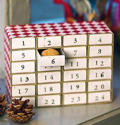 Så enkelt og sødt kan det gøres! 24 små tændstikæsker sat sammen til en sød julekalender, hvor du hver dag kan gemme små overraskelser. Se hvad du skal bruge ...