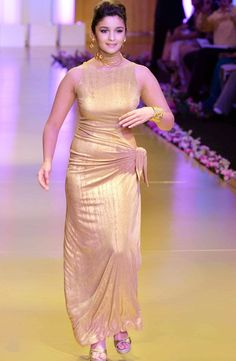 Alia Bhatt makes her ramp debut at the grand finale of India Bridal Fashion Week 2013 Beautiful Girl Indian, Most Beautiful Indian Actress, Beautiful Saree, Indian Bridal Fashion, Bridal Fashion Week, Indian Bollywood, Bollywood Fashion, Sonakshi Sinha Saree, Deepika Padukone