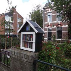 Tijdens de verbouwing van de Bibliotheek in Voorburg is er een minibieb opgehangen aan de Laan van Nieuw Oosteinde