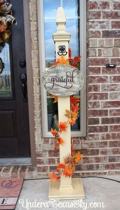 Front porch welcome post ideas are sure to inspire your next project. It will add warmth and charm to your porch. Find the best designs for Welcome Post, Porch Welcome Sign, Halloween Veranda, Halloween Porch, Primitive Homes, Porche D'halloween, Porch Posts, Diy Porch, Porch Ideas