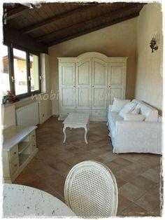 Casa arredata da Mobiliacolori.it : veranda #shabby tavolo rotondo sedie armadio credenza stile #shabbychic
