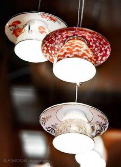 Linda luminária de teto feita com xícaras