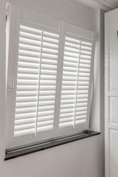 Des volets intérieurs pour fenêtres oscillo-battantes et fenêtres basculantes Curtains With Blinds, Interior, Window Decor, Blinds For Windows Living Rooms, House Flooring, Home Decor, House Interior, Interior Window Shutters, Interior Design