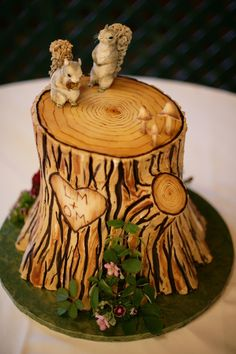 rustic tree carving cake. Aaaah, how freaking cute is this?! And probably super expensive. Time to learn how to make spectacular cakes! Lol