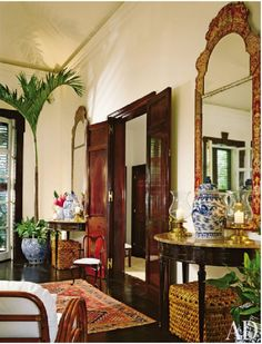 Asian Accents, Such As Antique Ginger Jars And Chinoiserie Mirrors,  Contribute To The Living Roomu0027s Exotic ...