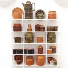 ホーンジーの人気シリーズヘアルーム、ブロンテ、サフロンの素敵なディスプレーを発見!ぐっとコンテンポラリー感が増しますね。こちらのほとんどの商品が当店で購入出来ます。 #グッドオールドデーズ #goodolddaysuk #hornseapottery #hornsea #vintage #antiqueshop #antique #heirloom #ミッドセンチュリービンテージ #イギリスアンティーク#アンティークショップ #キャニスター #食器棚 #食器好き #食器集め #regram @my_random_makes great photo! Hornsea Pottery, Pottery Mugs, 70s Home Decor, Vintage Kitchenware, Kitchen Collection, Displaying Collections, Vintage China, Pyrex, Dinnerware