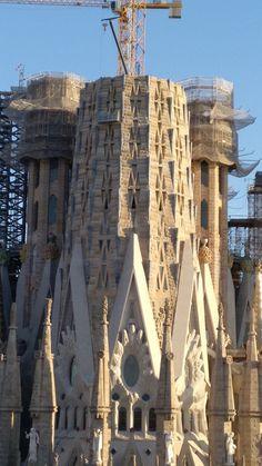 Torres en construcción. Exterior de la La Sagrada Familia, Barcelona, España Barcelona Tours, Barcelona Travel, Antoni Gaudi Sagrada Familia, Gothic Architecture, Architecture Details, Great Buildings And Structures, Modern Buildings, Antonio Gaudi, Modernisme