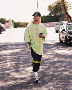 Young Boys Fashion, Teen Boy Fashion, Mens Fashion, Men Looks, Oversized Tshirt Outfit, Moda Streetwear, Yeezy Fashion, Mens Designer Shirts, Look Man