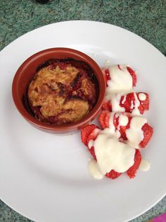 Slimming World White Choc and Strawberry Baked Oats Baked Oats, Slimming World Recipes, Muffin Top, Oatmeal, Strawberry, Drink, Baking, Breakfast, Health