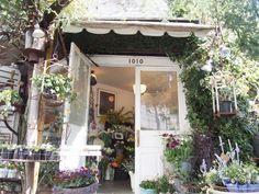 白いおうちのような外観の、西荻窪のお花屋さん「エルスール」。「白いお花が大好きで、クローバーが花との関わりの原点」という店主の渡辺邦子さんにお話をうかがいました。