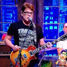 Roger Moreira, vestindo a camiseta TRAVEL da FUSS (no programa The Noite com Danilo Gentili).