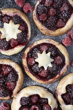 raspberry danishes, kruche ciastka z malinami I Foods, Food Photography, Pie, Desserts, Torte, Tailgate Desserts, Cake, Deserts, Fruit Cakes