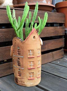 Faire en Fimo ou porcelaine maison et en faire un couvre-pot pour cacher les contenants de plastique recyclés.