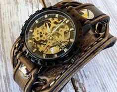 Men's Leather Cuff Steampunk Leather Watch por CuckooNestArtStudio