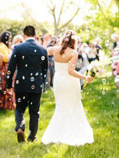 Zu einer gelungenen Hochzeit gehört mehr als ein glückliches Brautpaar. Auch die Gäste sollten gut unterhalten werden. Wir zeigen euch 18 Hochzeitsspiele, bei denen sicher jeder seinen Spaß hat.