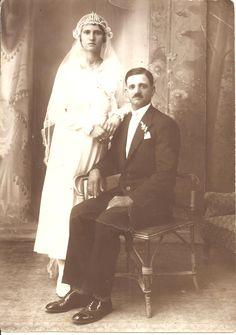 Νιόπαντροι από την περιοχή της Μεσσαπιάς, Εύβοια, 1925.          Αρχείο Γιάννη και Μαρίας Αρναρη   Νewly married from Messapia area (Euboea, Greece), 1925. Giannis & Maria Arnari archive.