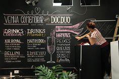 A designer curitibana Cristina Pagnoncelli que se tornou especialista em trabalhar com lettering utilizando giz.
