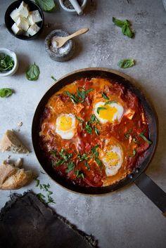 Shakshuka - Herzhaftes Frühstück mit Tomaten, orientalischen Gewürzen und Eiern.