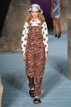 The complete Ashley Williams Fall 2018 Ready-to-Wear fashion show now on Vogue Runway. Vogue Fashion, Fashion Week, Runway Fashion, Fashion Outfits, London Fashion, Animal Print Fashion, Fashion Prints, Animal Prints, Ashley Williams