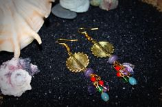 """Modèle Unique """"SUNRIE"""" / Création Bijoux par Stee  Boucle d'oreille perle tube soleil en métal doré et perle de verre  *** SUMMERTIMES - Collection Printemps/été 2014***  >Perle tube soleil en métal doré >Perle de verre violette, turquoise, verte et rouge >Breloque feuille de verre >Longueur 9 cm (dont crochet)  >Apprêt et crochet doré"""