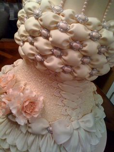 Beautiful billow weave and corset by Susan Trainos Cakes