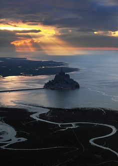 Spectacular view, Mont Saint-Michel, France (by Mathieu Rivrin).