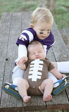 Adorable Halloween costumes: Big Brother is a football player, baby brother is the football. Yeah this is happening just for fun not for Halloween :) Photo Halloween, Fete Halloween, First Halloween, Toddler Halloween, Halloween Outfits, Halloween Clothes, Halloween Ideas, Brother Halloween Costumes, Halloween 2014