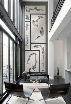 arranjo de quadros em parede estreita e de pé direito duplo