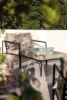 Schon der erste Blick zeigt, dass bei diesem Design aus dem dänischen Hause Houe die Gemütlichkeit regiert: Henrik Pedersen setzt zwar für »Avon« auf einen kühlen Stahlrahmen, der aber im schlanken Profil zurückhaltend auftritt und sich dank der Pulverbeschichtung auf Balkon und Terrasse als wartungsfrei erweist. Der schlichte Nutzen der Gestelle beschert sowohl den üppigen Kissenelementen auf Sofa, Sessel und Hocker als auch der warmen Holzplatte auf dem Beistelltisch einen großen… Lounge Chair, Outdoor Lounge Furniture, Chair And Ottoman, Garden Furniture, Outdoor Sofa, Indoor Outdoor, Outdoor Decor, Design Shop, Avon