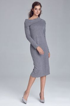 Dzianinowa sukienka z miękkiego materiału z domieszką wiskozy i wełny. Pięknie dopasowuje się do kształtów ciała. Dzięki opadającemu na ramiona golfowi oraz rozcięciu z tyłu, prezentuje się nietuzinkowo i kobieco. To idealna propozycja do stylizacji biurowej, ale także na mniej zobowiązujące okazje. Moda biurowa!  Skład:62% poliester, 33% wiskoza, 5% wełna. Modelka na zdjęciu ma 176 cm wzrostu i ma na sobie rozmiar 36. Mode Shop, Things That Bounce, High Neck Dress, Dresses For Work, Golf, Sweaters, Products, Fashion, Wiggle Dress