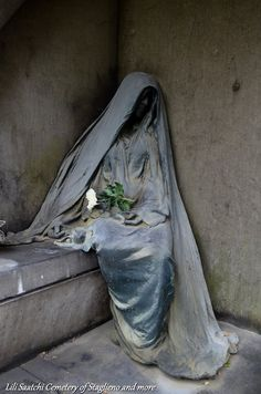 Art in cemeteries Cemetery Monuments, Cemetery Statues, Cemetery Headstones, Old Cemeteries, Cemetery Art, Graveyards, Angel Statues, Statue Ange, Sculpture Art
