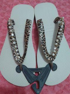 Chinelos da marca havaianas top decorados com fita motivo onça e fio de strass com pérolas