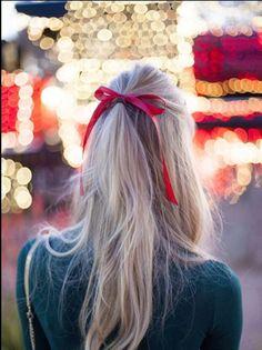 Un semplice fiocco rosso può dettare il tuo stile natalizio. L'acconciatura perfetta per le feste #Natale #Xmas #Idea #Hair