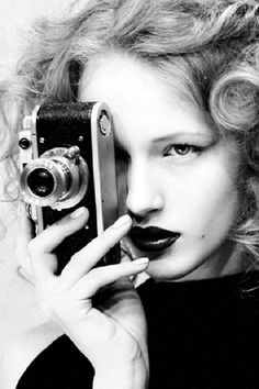 Black and White Portrait Photography: Expert Advice That Helps You Succeed – Black and White Photography Girls With Cameras, Old Cameras, Vintage Cameras, Photo Accessories, Love Photography, Black And White Photography, Leica Photography, Vintage Photography, Portrait Photography
