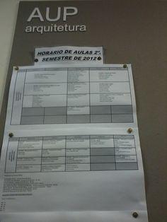 Tabelas impressasno formato A4 em papel sulfite afixadas no painel do Departamento de Projeto (AUP) indicando os horários de aulas do 2º Semestre para os alunos de arquitetura.
