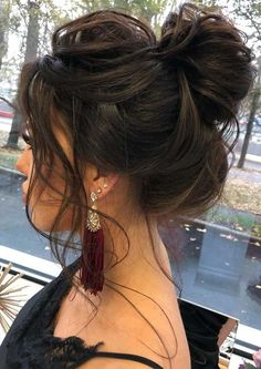 Chignon spettinato: l'acconciatura perfetta per la Primavera 2021 - CapelliStyle Great Hairstyles, Creative Hairstyles, Party Hairstyles, Hairstyles For School, Ponytail Hairstyles, Loose Updo, Latest Hair Trends, Wedding Braids, Christmas Hairstyles