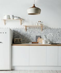 Puun, kiven ja puhtaan valkoisen yhdistelmä on huikea. Tässä kuvassa kuusikulmaista mosaiikkia marmorista. Tulikiven Kuusikulma: Vuolukiveä