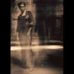 A primeira foto foi tirada por Jagna Garbacz e mostra a modelo Agnieszka Stenka de pé numa fábrica abandonada na cidade de Radom, Polônia.