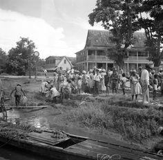 Drukte bij de aanlegsteiger van leprozerie Groot-Chatillon aan de Surinamerivier. Suriname, 1947.