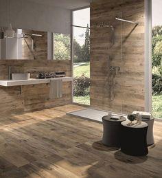 Effet bois dans une grande salle de bain carrelée murs et sol