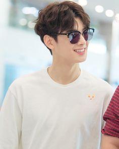 Wavy hair and sunglasses. Eun woo, u re really know how to spoiled us with ur crazy handsome look. Cha Eun Woo, Asian Actors, Korean Actors, Kpop, Cha Eunwoo Astro, Lee Dong Min, Jung Hyun, Pre Debut, Kdrama Actors