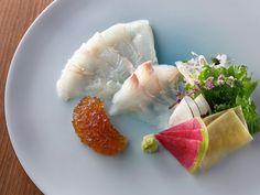 革新的な日本料理店『マガリバナ』が話題沸騰中! コンセプトは和の伝統と西洋の最新調理テクノロジーの融合です。新進気鋭の日本料理店『マガリバナ』の革新的な日本料理とは? Dressing, Ethnic Recipes, Food, Essen, Meals, Yemek, Eten