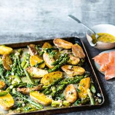 Grüner Spargel mit Kartoffeln vom Blech: Rezept Green asparagus with potatoes from the tin: recipe – [living at home] Vegetarian Recipes Dinner, Healthy Dinner Recipes, Healthy Snacks, Easy Snacks, Eating Healthy, Cooking Recipes, Le Diner, Family Meals, Clean Eating