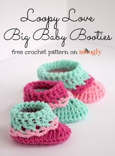 The Loopy Love Big Baby Booties free crochet pattern includes the next 3 sizes up from Newborn - so you can make them all through baby's first year! Crochet Bebe, Cute Crochet, Crochet For Kids, Crochet Crafts, Crochet Projects, Crochet Baby Clothes, Crochet Baby Shoes, Crochet Slippers, Crochet Boots