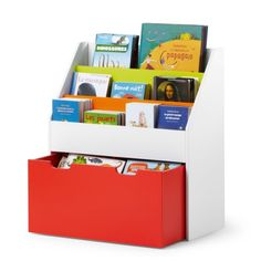 Cette bibliothèque à hauteur d'enfant offre un rangement spacieux à la fois pour les livres et les jouets. Sa forme compacte s'adapte aux intérieurs les plus petits. L'enfant range ses livres de face dans la bibliothèque. Les roulettes du bac à jouets facilitent son ouverture et sa fermeture. Avec ce meuble multicolore, l'enfant est autonome : iI a facilement accès à ses affaires et les range tout seul, comme un grand.