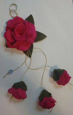 Chaveiro de flor de feltro.