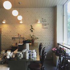 Если вы в Стокгольме, для завтраков и ланчей рекомендуем маленькое семейное кафе POM OCH FLORA. Работает оно только до 16, в меню: традиционные кофе и круассаны, а также фруктовые салаты, десерты, самые необычные овощные сэндвичии смузи, супы, вареные яйца и все, что придумают хозяева в утро, когда вы решили посетить кафе.  Сохраните адрес: Bondegatan 64, Stockholm Открыто с 8 до 16.