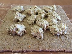 Liian hyvää: Voileipäkakkurulla tonnikalasta Krispie Treats, Rice Krispies, Feta, Cheese, Desserts, Deserts, Dessert, Postres, Rice Krispie Treats