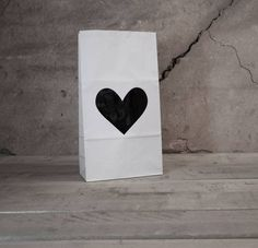 Gave paperbag met voorzien van zwart hart, leuk op de kinder of babykamer of ter decoratie in de woonkamer. Een gewild product voor de zwart/wit liefhebber!.